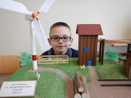 """Max Pohlemann von der Grundschule H. Bielfeld in Arnstadt, erhielt beim Solarbauwettbewerb 2015 im Rahmen der Woche der Erneuerbaren Energien im Ilm-Kreis, den Sonderpreis der Landrätin für sein Modell """"Das Sägewerk"""""""