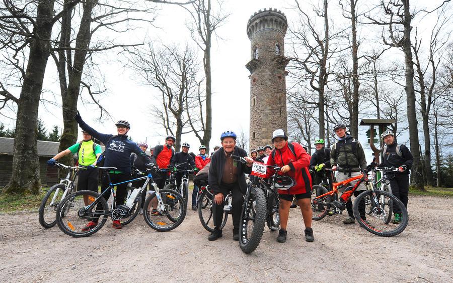 Bürger beim Testen von Elektrorädern zur Woche der Erneuerbaren Energien im Ilm-Kreis. Mit 25 km/h den Kickelhahn hinauf fahren begeisterte sowohl den jüngsten Teilnehmer (12 Jahre), als auch den ältesten (81 Jahre).